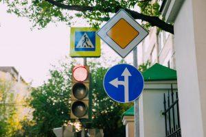 В Москве установили малые дорожные знаки со смещенными креплениями